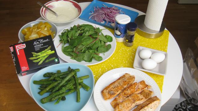 Ny-kund-lunch med Findus sparris, lax, sallad och wasabisås