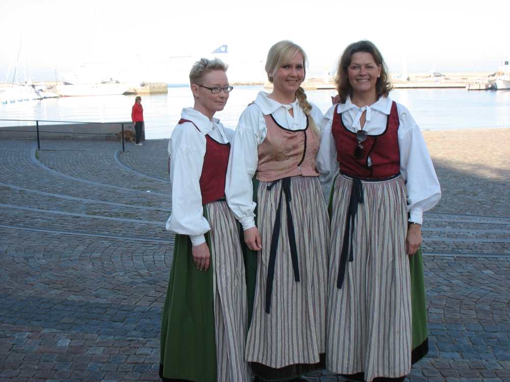 Bild på Susanne, Sara, Monica från Helsingborgs stad som hälsar Norwegian star välkomna