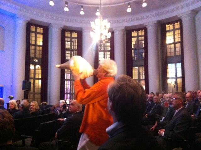 Trumpetaren Tommy Adolfsson spelar på en snäcka under SSE Research award 2011 på Handelshögskolan i Stockholm
